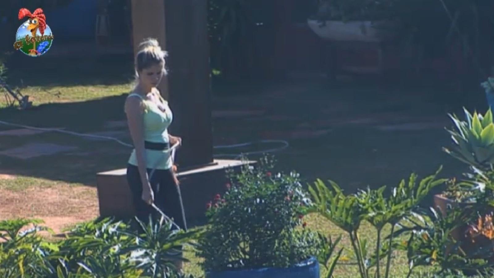 20.ago.2013 - Bárbara Evans rega a horta na manhã desta terça-feira