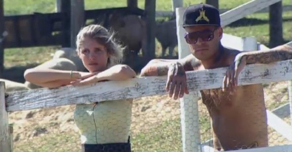 20.ago.2013 - Bárbara Evans e Mateus Verdelho observam os animais