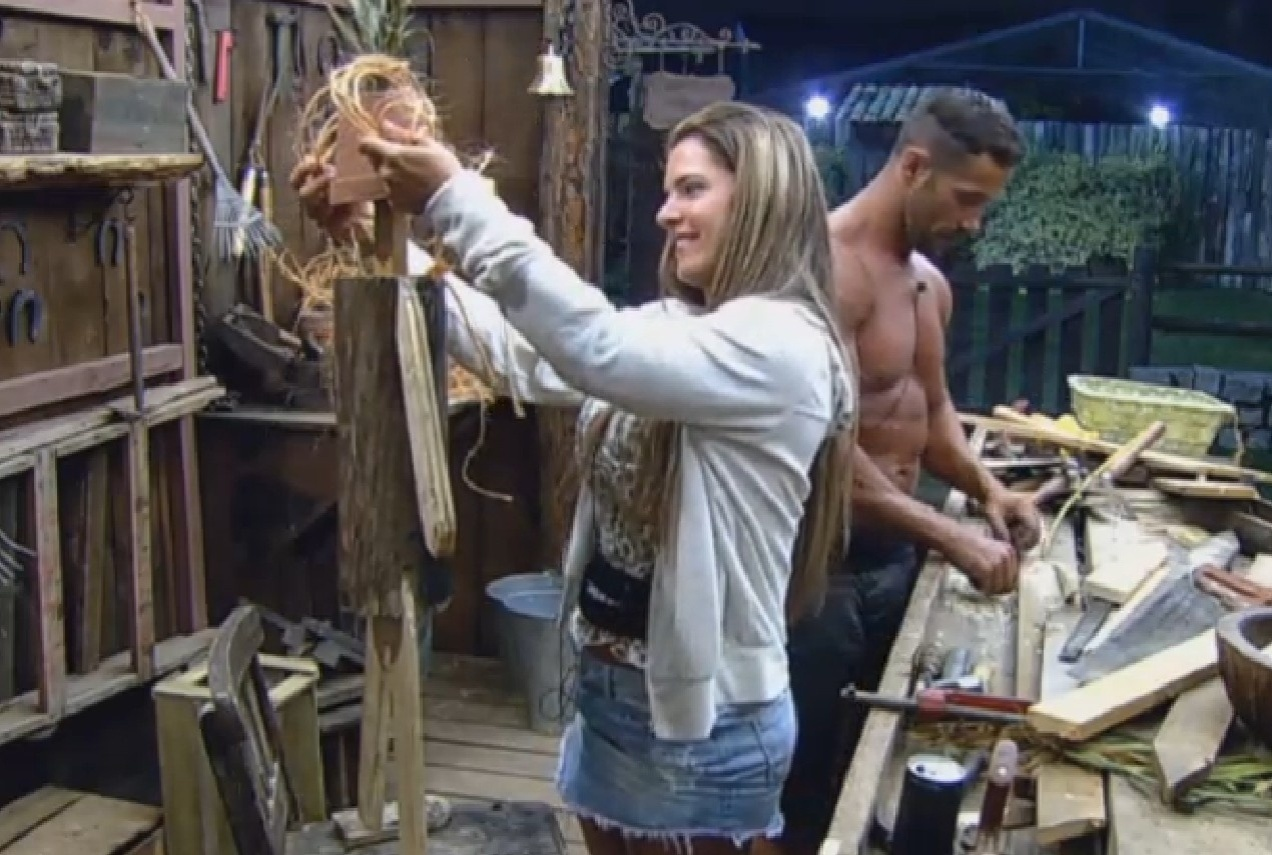 20.ago.2013 - Denise confere o boneco feito por Marcos Oliver