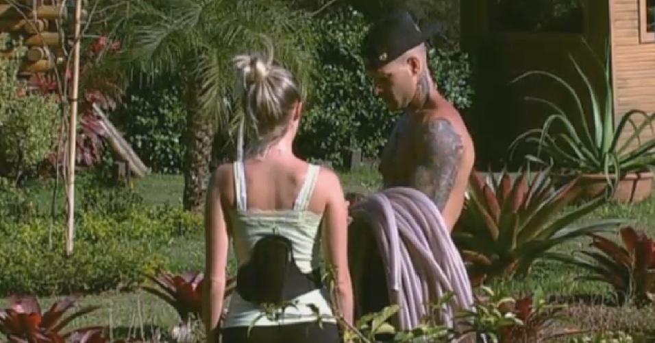 20.ago.2013 - Mateus Verdelho ajuda Bárbara a cuidar da horta