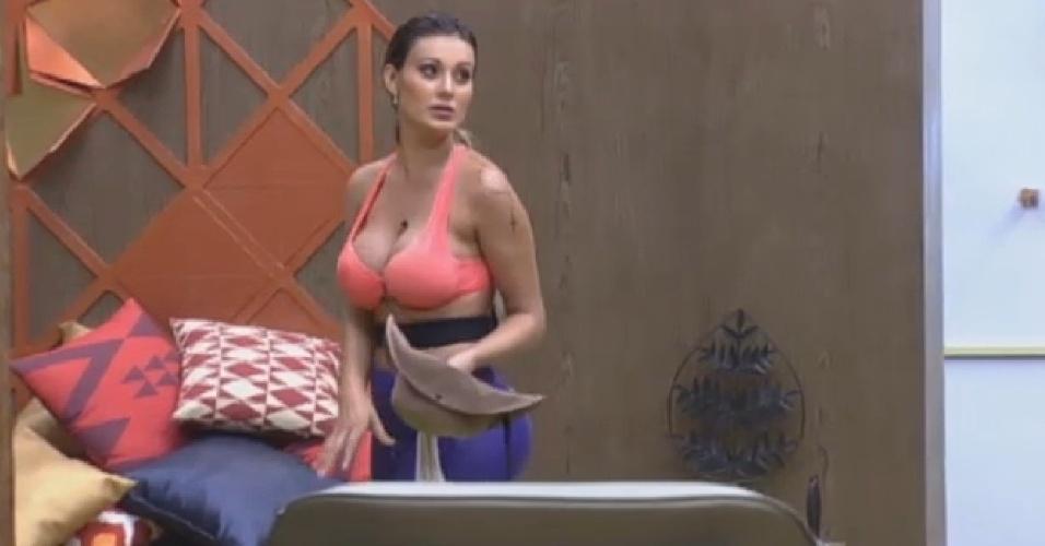 Andressa Urach manda Bárbara lavar louça e modelo desobedece