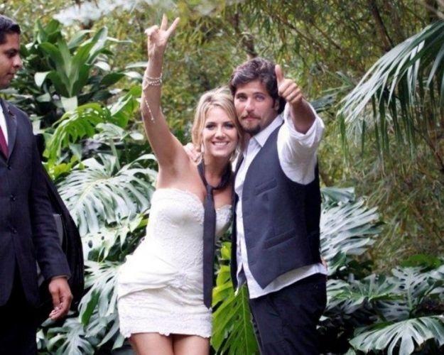 Após a cerimônia de casamento, Giovanna Ewbank, que está com a gravata do marido pendurada no pescoço, despede-se da imprensa, ao lado de Bruno Gagliasso, ao chegar em hotel próximo ao local da festa (13/3/10)