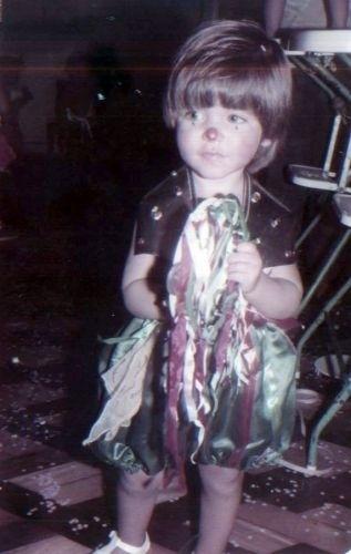 Bruno Gagliasso, aos 2 anos, vestido de palhaço no carnaval (1984)