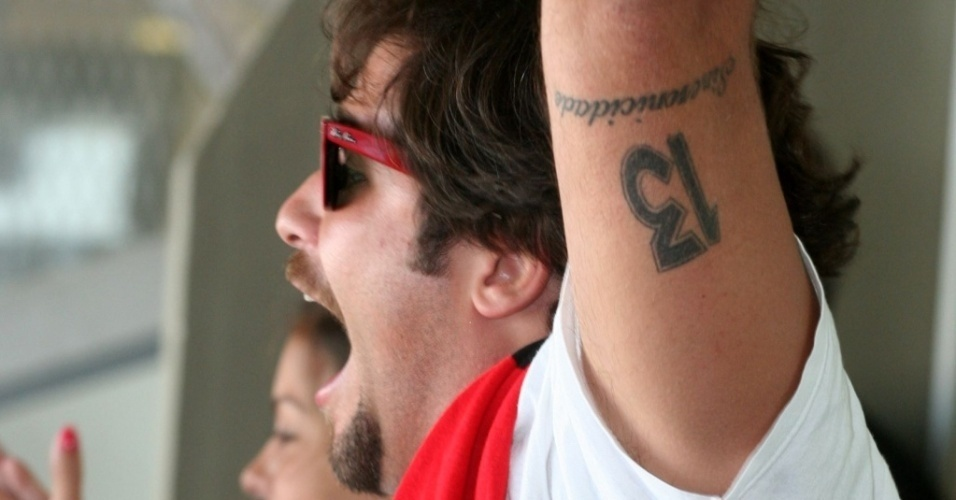 Bruno Gagliasso assiste Flamengo x Vasco no estádio do Maracanã, no Rio de Janeiro (11/3/2010)