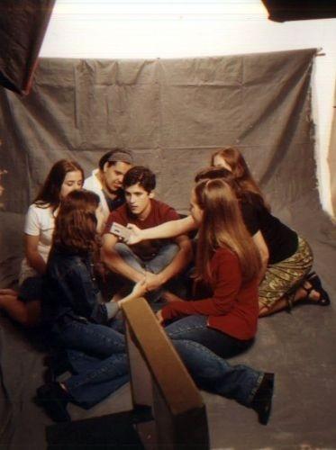 Bruno Gagliasso dando sua primeira entrevista coletiva para seis fãs. O material foi usado em uma revista para adolescentes (1999)