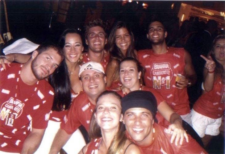 Bruno Gagliasso posa com o irmão, Thiago, e os amigos no camarote da Brahma durante o carnaval carioca (2009)