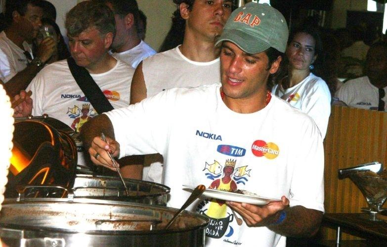 Bruno Gagliasso serve-se da tradicional Feijoada da Dada, no verão de 2005, em Salvador, Bahia (30/1/05)