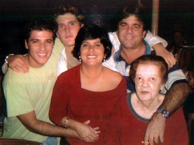 Bruno, o irmão Thiago, o padrasto Fernando Onofre, a avó materna Marina e a mãe, Lúcia (2006)