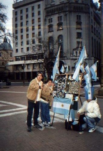Bruno posa com o irmão, Thiago, na Argentina (1997)