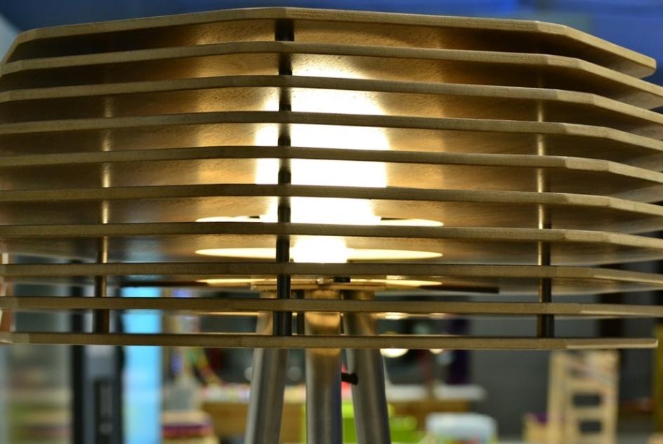 A luminária Chan Chan foi desenhada por Mariana Betting Ferrarezi e Roberto Hercowitz para a Móveis Schuster. Em madeira, a cúpula (foto) filetada dissipa a luz. A peça foi exposta na Casa Brasil 2013