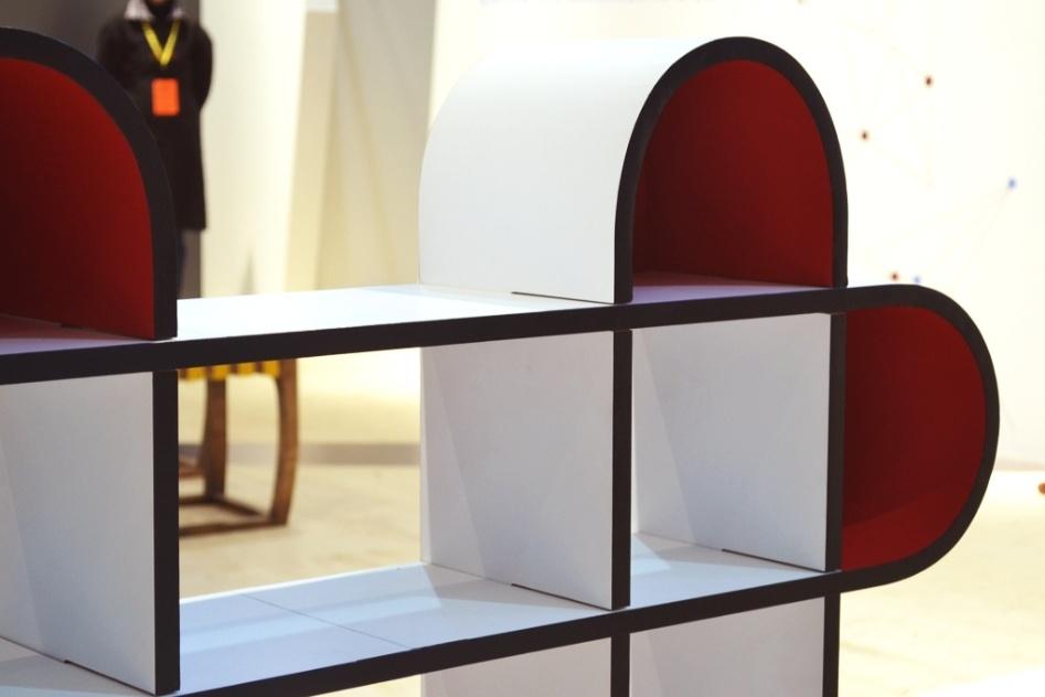 A estante de modular Nuvem Leve foi projetada pelo estudante Wilson Harada, da Universidade Estadual de Londrina (UEL). A peça possui pontas coloridas em vermelho (na foto) e foi uma das finalistas do Salão Design 2013, na modalidade Estudante, categoria Móveis para Salas de Jantar e Estar