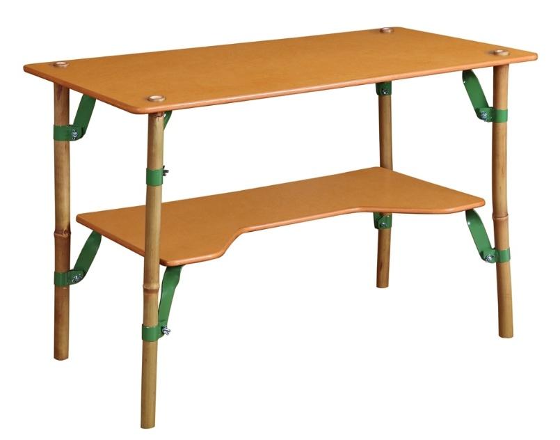 A mesa Bambooleg é apoiada em pés de bambu firmados por estruturas de metal travadas com porcas do tipo borboleta. O móvel, que foi um dos finalistas do Salão Design 2013, tem desenho assinado por Timothy Goodman, do Uruguai