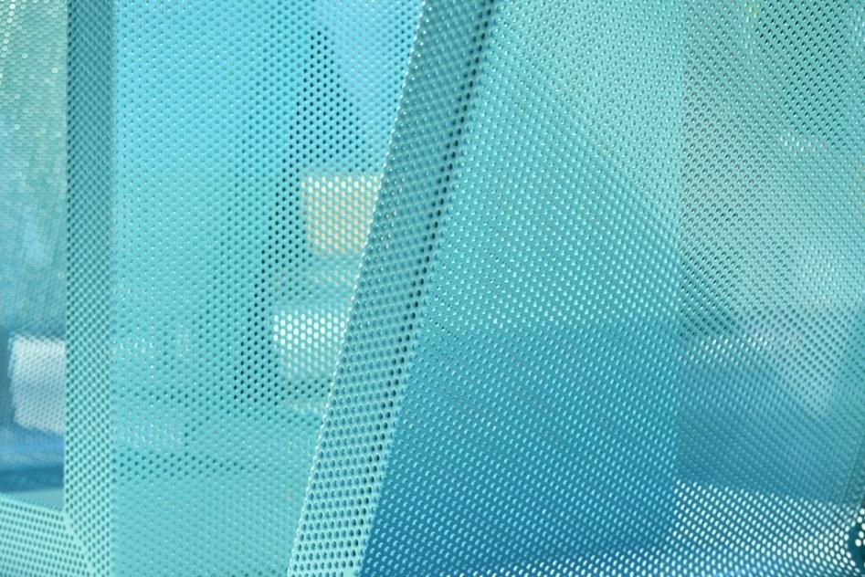 Os bancos Gumo, assinados pelo designer Zanini de Zanine (www.studiozanini.com.br), são indicados para áreas externas. As peças são trapezoidais, estruturadas em metal telado (na foto) e concorreram ao Salão Design da Casa Brasil, 2013