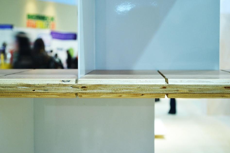 A estante Equilíbrio, assinada pelo designer Gustavo Bittencourt (www.gustavo-bittencourt.com), possui estrutura mutável com cantoneiras de metal encaixáveis nas ranhuras das prateleiras de madeira (detalhe). A peça foi exposta na Casa Brasil 2013