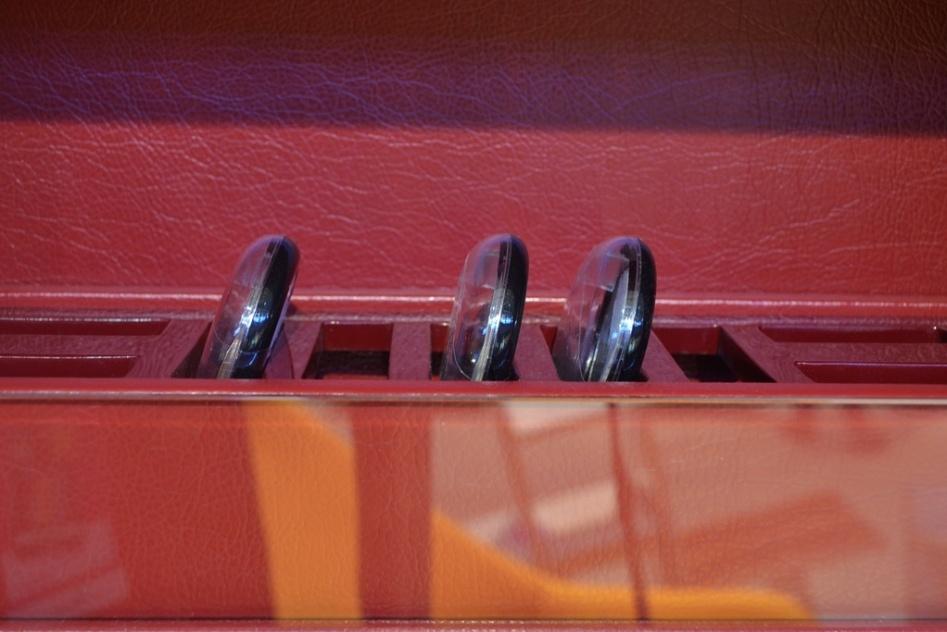 """Reflex é a proposta para a """"penteadeira vertical"""" acoplada a um espelho. O móvel foi desenvolvido por Tailiê Tonetto, Bernardo Montanaro e Pamela dos Santos, de Diadema (SP). O móvel foi um dos finalistas na modalidade Indústria e na categoria Dormitórios da edição 2013 do prêmio Salão Design. Na foto, detalhe de uma das prateleiras"""