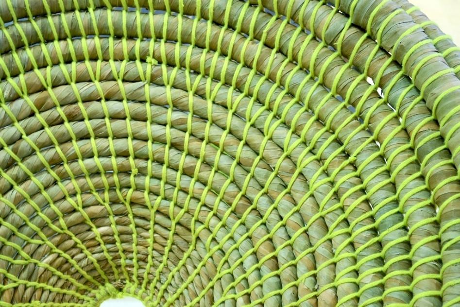 De fibra natural enrolada e amarrada por fios neon (detalhe, na foto), a poltrona Marta foi desenhada por Cecília Ulfe Zubillaga e Estefanía Lasalle Gerla, de Montevideo, Uruguai. O projeto foi um dos finalistas da edição 2013 do Salão Design, da Casa Brasil