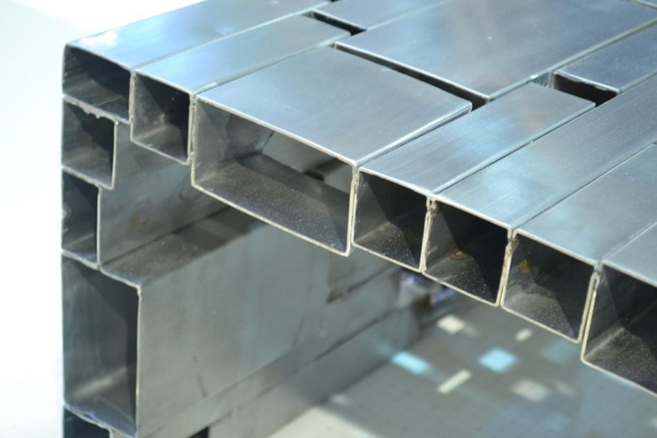 Pedaços em diferentes tamanhos de tubos de metal soldados a fim de criar uma composição com intervalos estruturam a mesa de centro Mondrian (na foto, detalhe do trabalho). O design é assinado por Fábio Pereira e Robson Kunz, de Bento Gonçalves (RS). A peça concorreu ao Salão Design da Casa Brasil, 2013