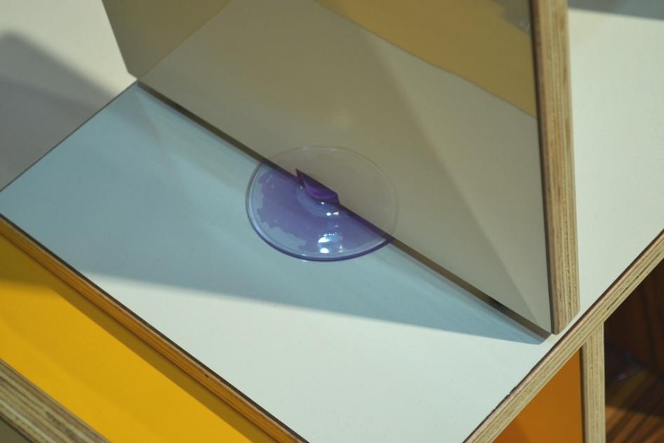Detalhe da junção de duas placas da estante Bimbo, assinada pelo designer Gustavo Bittencourt (www.gustavo-bittencourt.com). Os módulos são acoplados por ventosas