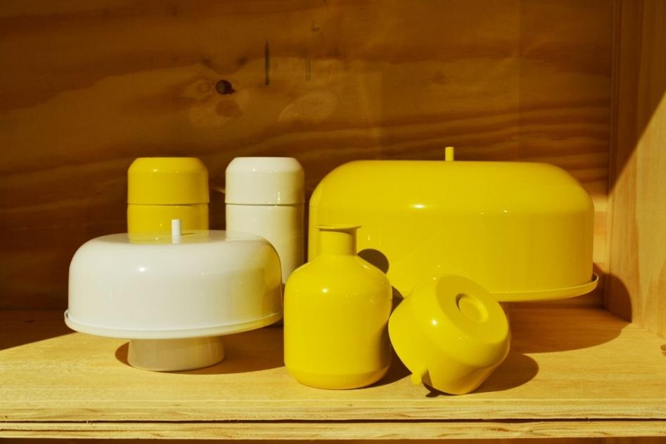 O designer Ricardo Rodrigues, da NDT Brazil (www.ndtbrazil.com), desenvolveu pratos para bolo, moringas, bandejas e bowls com tampa em aluminío. As peças minimalistas foram expostas na Casa Brasil, feira de design e decoração de alto padrão em Bento Gonçalves (RS)