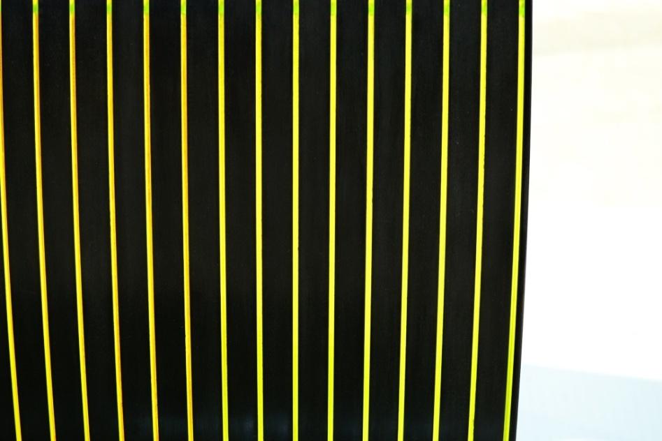 """A cadeira Neon (na foto, detalhe do encosto), assinada pelo designer Valério Lessa de Curtis, possui um diferencial sutil e interessante: veios  acrílicos translúcidos e com característica """"neon"""" que varia do esverdeado ao avermelhado conforme o observador se movimenta e se há alguma cor no ambiente que interfira no móvel. A peça esteve exposta na edição 2013 da Casa Brasil, feira de design e decoração de alto padrão em Bento Gonçalves (RS)"""