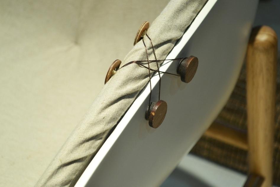 """A poltrona Infinito, dos designers Mariana Betting Ferrarezi e Roberto Hercowitz (Em2 Design -www.em2design.com.br), possui estrutura de madeira e almofada presa à """"concha"""" - que forma o assento, o encosto e os braços - por linhas e botões (foto). A peça concorreu ao Salão Design 2013 e foi exposta na Casa Brasil, feira de design e decoração de alto padrão em Bento Gonçalves (RS)"""