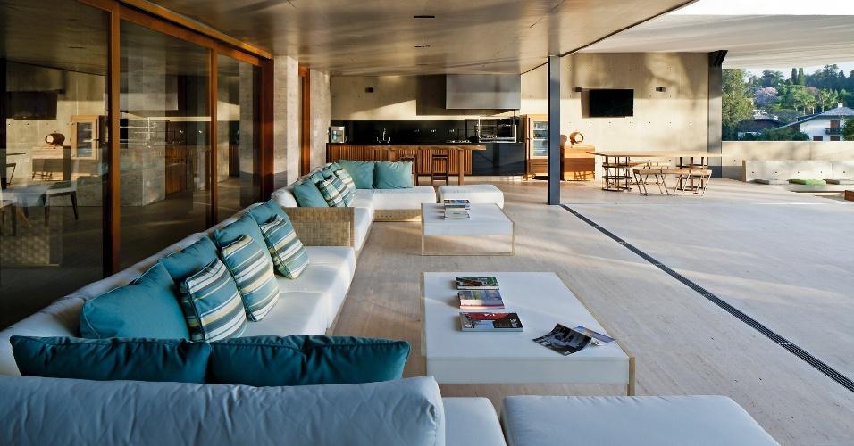 Seguindo o pedido dos proprietários, ao planejar a Casa PV, em Itu (SP), o arquiteto Sérgio Sampaio priorizou os ambientes sociais como a extensa varanda. O espaço é equipado com churrasqueira (ao fundo), além de confortáveis e amplos sofás