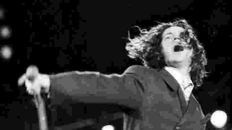 Michael Hutchence, vocalista do INXS, durante show da banda em 19 de janeiro de 1991, no Rock In Rio - Luciana Whitaker/Folhapress - Luciana Whitaker/Folhapress