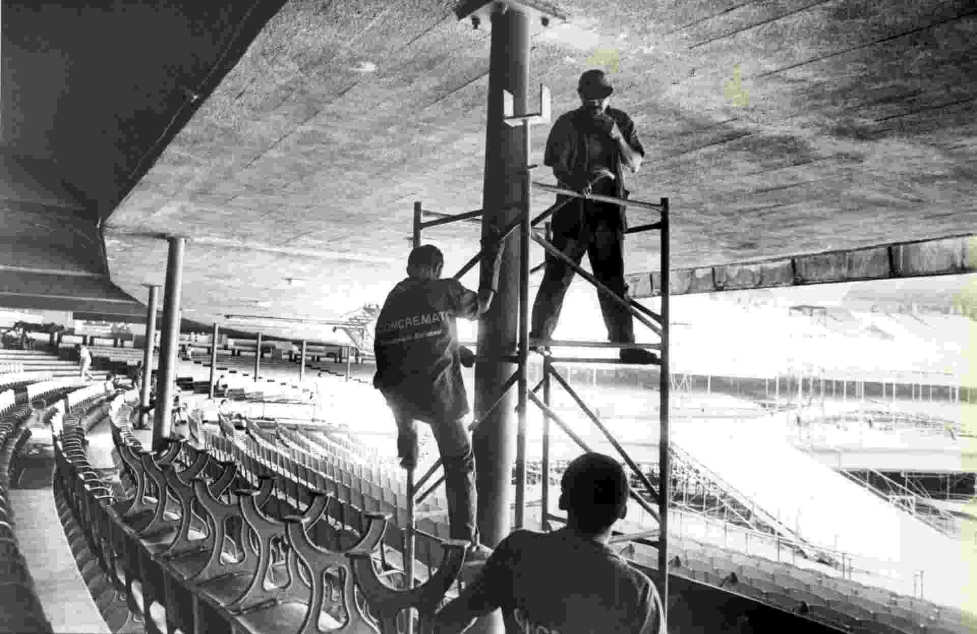 Funcionários trabalham na arquibancada montada para o segundo Rock In Rio, no Maracanã - Fernando Rabelo/Folhapress