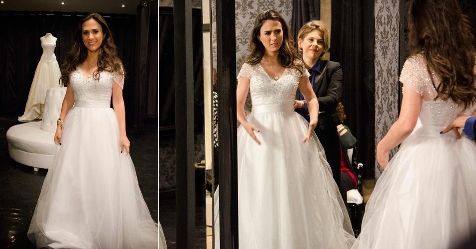 Valdirene (Tatá Werneck) experimenta vestido que usará no casamento com o milionário Ignácio (Carlos Machado), na novela