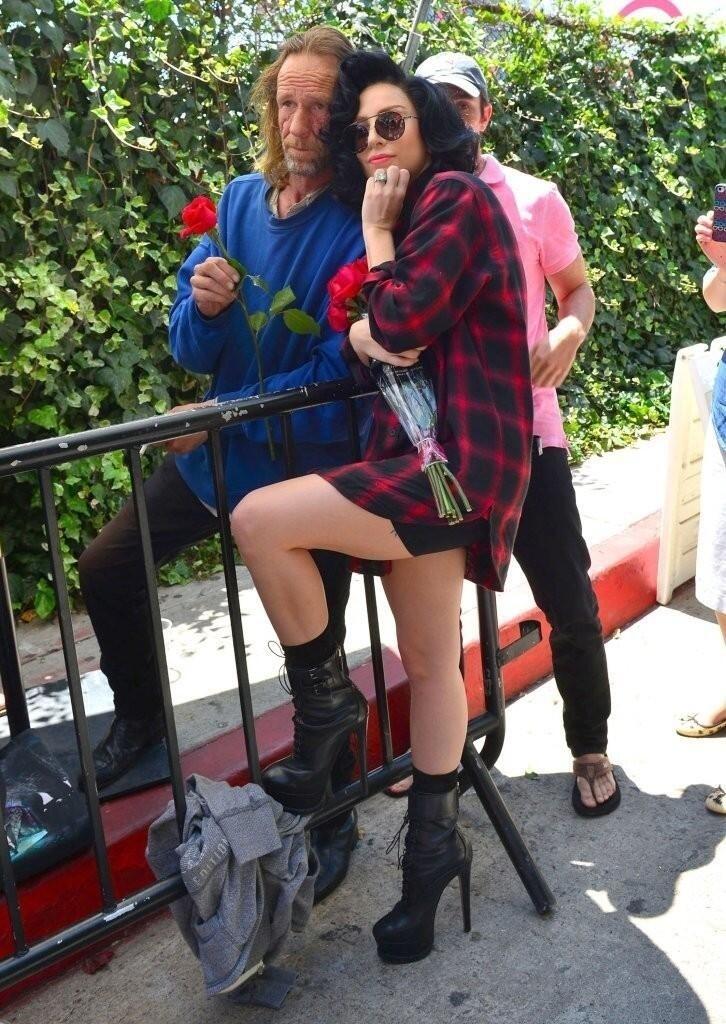 18.ago.2013 - Lady Gaga posa com fã morador de rua que lhe deu um anel de noivado