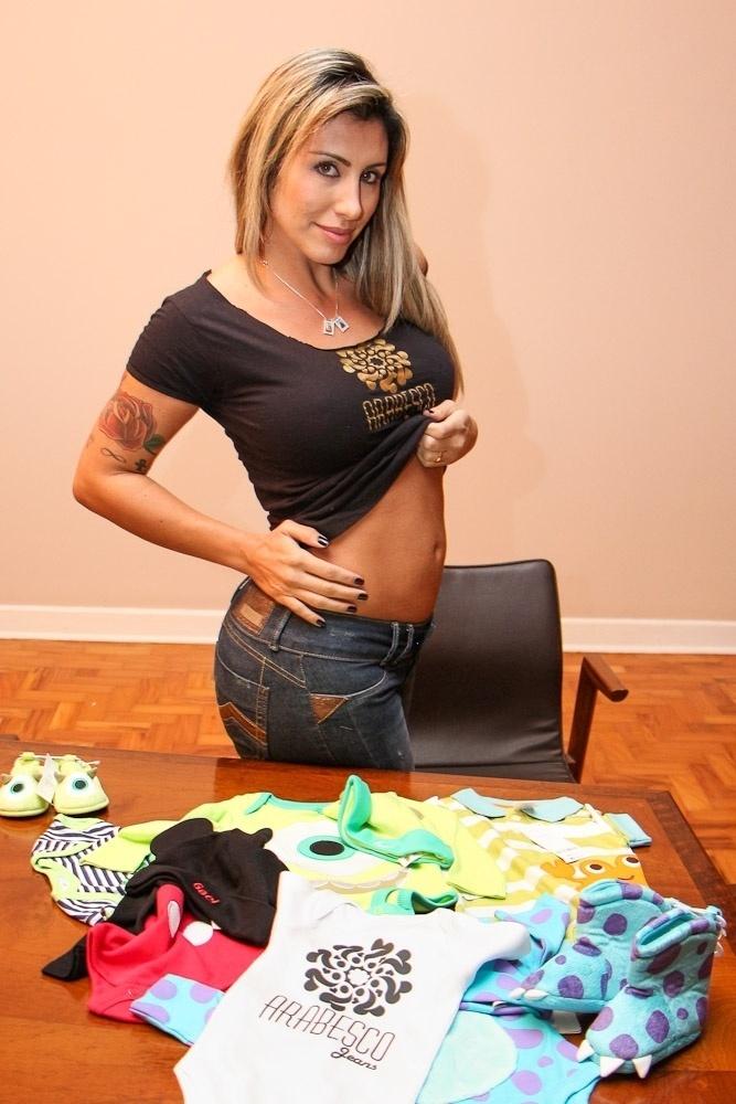 20.ago.2013 - Ex-BBB Jaque Khury anuncia gravidez e exibe barriga de quatro meses. Ela espera um menino com o marido, o produtor Rafael Mello