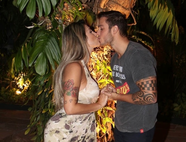 20.ago.2013 - Ex-BBB Jaque Khury beja o marido, Rafael Mello, após anunciar gravidez