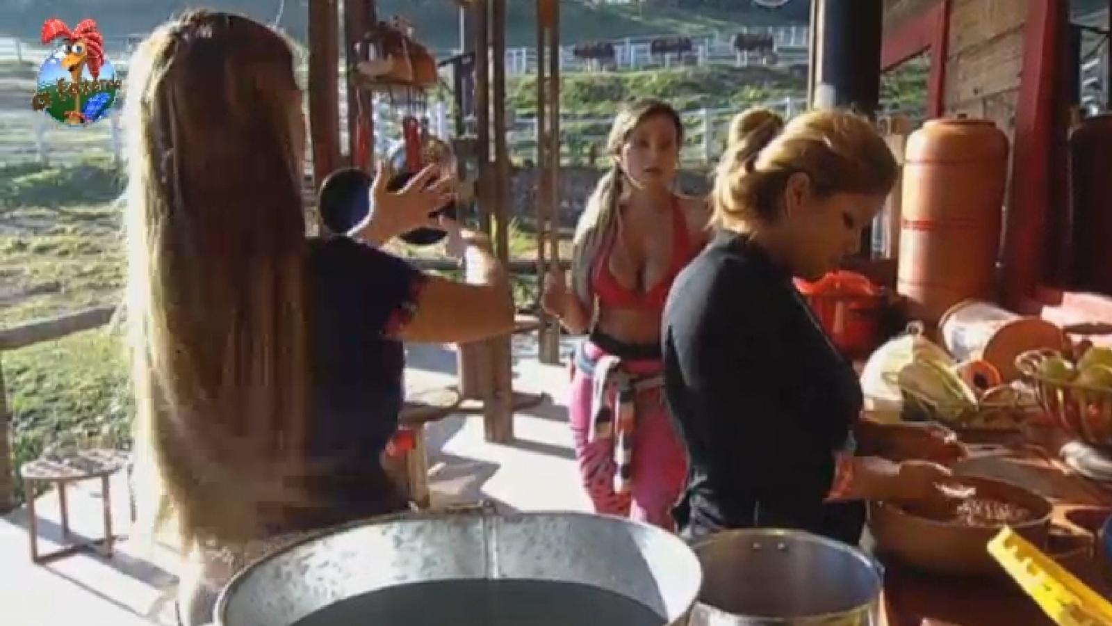 21.ago.2013 - Andressa Urach e Denise discutem no celeiro