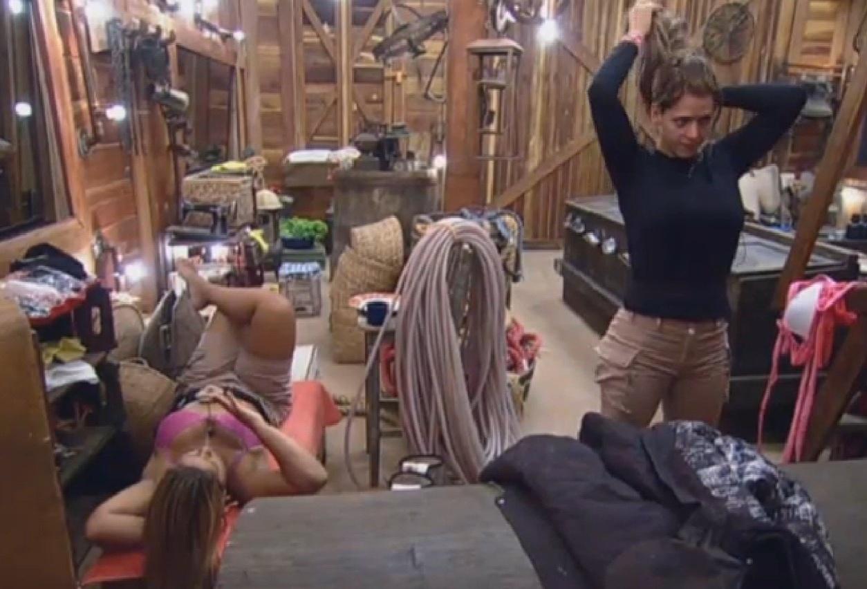 21.ago.2013 - Denise conversa com Yani no celeiro