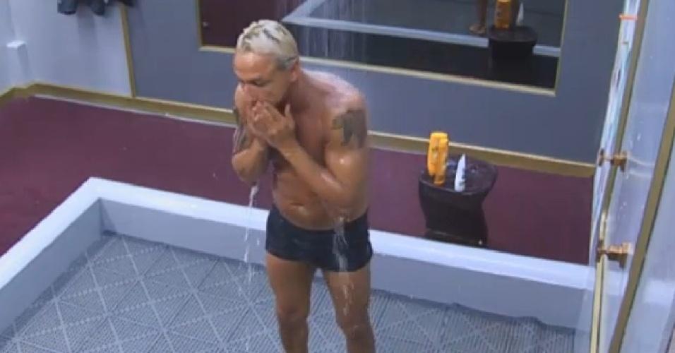 21.ago.2013 - Depois de malhar, Paulo Nunes toma banho