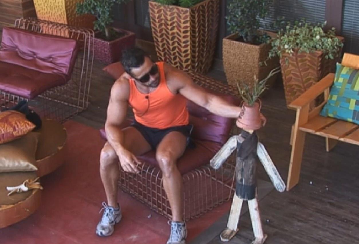 21.ago.2013 - Marcos Oliver faz boneco em homenagem ao filho e coloca nome de Dan