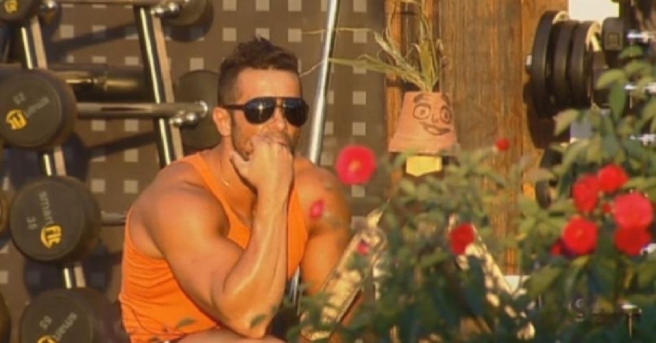 21.ago.2013 - Marcos Oliver observa o pôr do sol na companhia do boneco Dan
