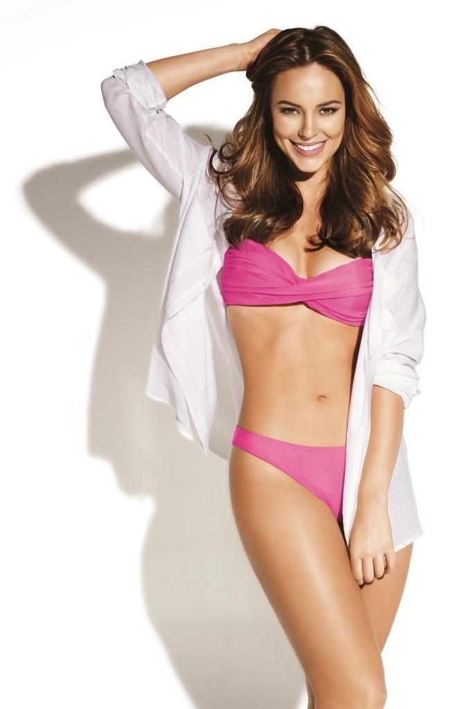 21.ago.2013 - Paolla Oliveira foi escolhida para ser garota propaganda de uma marca de produtos naturais. De biquíni, a atriz exibiu o corpo em forma