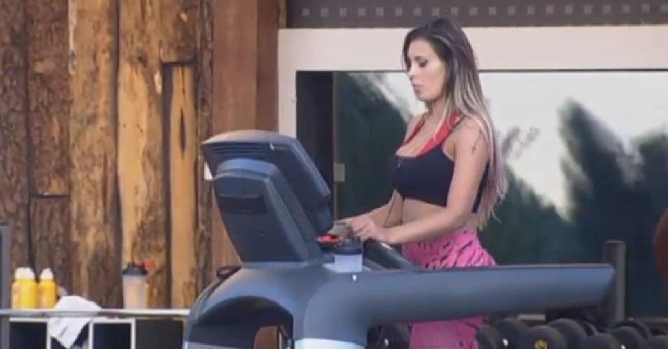 21.ago.2013 - Sem a companhia de Mulher Filé, Andressa vai malhar na academia