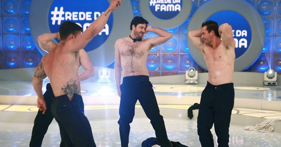 """agosto.2013 - Danilo Gentili dança sem camisa no palco do """"Programa Eliana"""""""