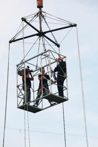 """agosto.2013 - Danilo Gentili no """"Programa Eliana"""" salta de uma altura de 45 metros"""