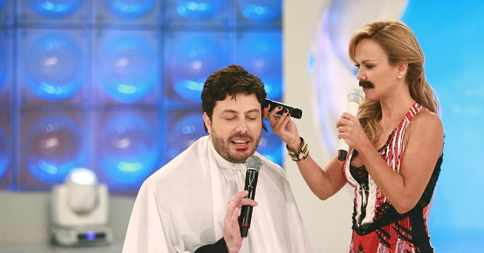 "agosto.2013 - Eliana se vinga de ovada e corta o cabelo de Danilo Gentili no ""Programa Eliana"""