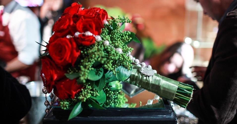 Buquê de rosas vermelhas de Orlando Quintale (www.orlandoquintale.com.br), por R$ 650, e joia, com medalha que leva as inicias dos noivos, em prata banhada a ouro branco de Rosana Negrão (www.rosananegrao.com.br), por R$ 750. A combinação foi apresentada na feira Wedding Outlet 2013. O evento aconteceu em agosto na capital paulista