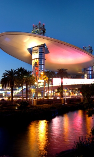 Considerado um dos maiores shoppings de todo os EUA com suas mais de 250 lojas, o Fashion Show se destaca por ter filiais da Bloomingdale's, Saks Fifth Avenue, Macy's e Neiman Marcus, em Las Vegas