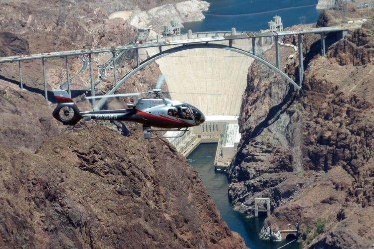 Localizada a cerca de 40 quilômetros ao sudeste de Las Vegas, a Hoover Dam opera durante todo o ano e oferece visitas guiadas