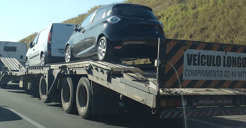 Na carreta junto com um furgão Renault Master, elétrico francês Zoe faz sua primeira viagem pelo Brasil, na região de Jundiaí (SP)