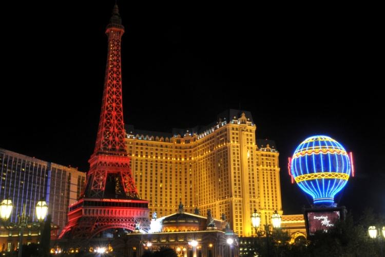 O hotel Paris Las Vegas possui uma réplica da Torre Eiffel, onde, depois de se pagar uma taxa, é possível subir de elevador 140 metros para ter uma vista panorâmica de Las Vegas