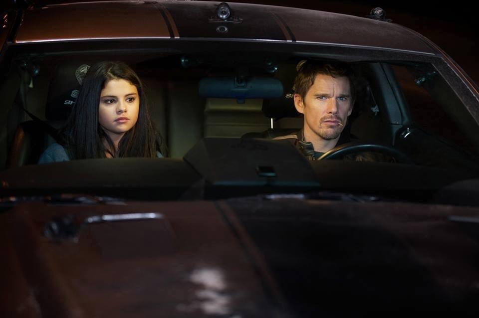 Selena Gomez ao lado do veterano Ethan Hawke no filme