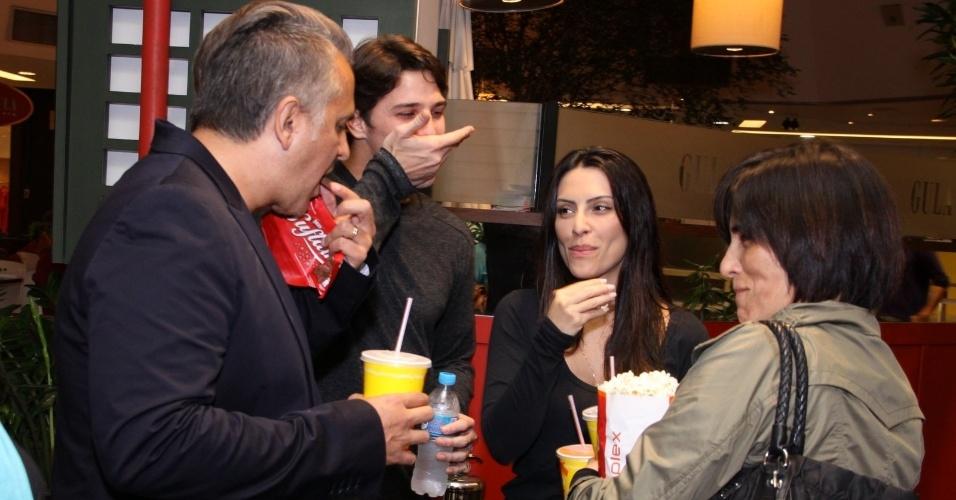21.ago.2013 - Cleo Pires come pipoca com o namorado e a família