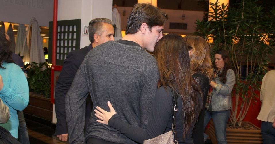 21.ago.2013 - Cleo Pires recebe um beijo do namorado, Rômulo Arantes Neto
